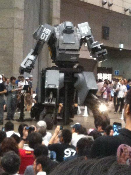 人が乗って動ける人型ロボット